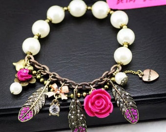 Bracelet with charms and pearls in resin