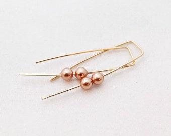 Modern geometric pearl earrings. minimalist earrings. wire earrings. Gold earrings. Gold hoops. pearl jewelry. bridal jewelry. bridesmaid
