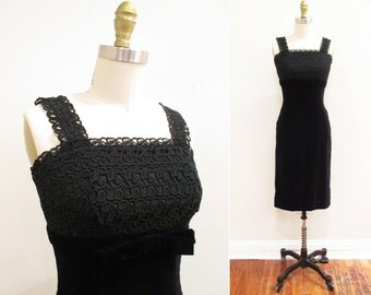 Vintage 1950s Dress   Black Velvet and Lace 1950s Wiggle Dress   size small   5D003