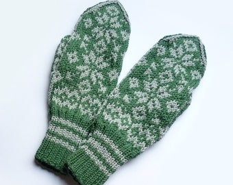 Traditional Norwegian Mittens // Selbuvotter // Green and Gray Mittens