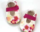 SALE - LAST PAIR  0-6 mos // flower mary janes baby girl shoes white and pink flower mary jane baby booties toddler mary janes elastic shoes
