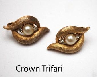 Crown Trifari Clip on Earrings gold tone Pearl rhinestone