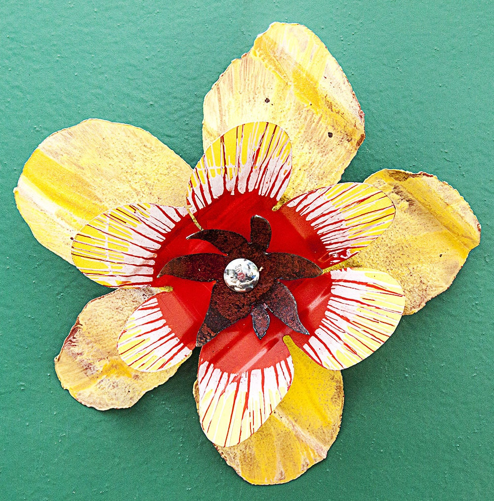 Yellow red white metal yard art flower indoor outdoor wall for Outdoor wall flowers