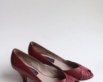 SALE /// 80s Red Leather Peep Toe Pumps / 1980s Vaneli Vintage High Heels / Size 6.5