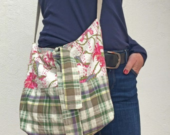 Bolso cruzado mediano de flores y cuadros. Bolso rosa y verde. Bandolera de tela