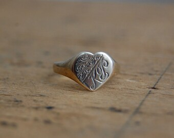 Vintage 1960s heart signet ring initials KT ∙ 9CT heart signet ring