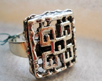 60's French Boho Silver Plated Ring. Abstract design. Adjustable between 7/8.5 US Size. French Jewelry