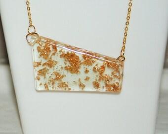 Bijoux : Collier pendentif fait de résine claire et feuilles d'or // cadeau femme, cadeau noël, cadeau fête, mode, fashion, passion rebelle