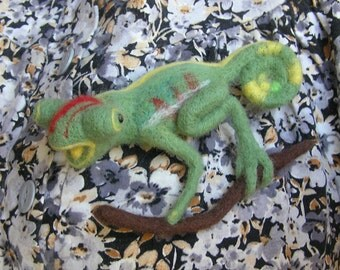 Green chameleon brooch - Hand Felted Brooch - Wool Animal - Green Broosh - Chameleon Pin - Eco friendly - Personalised gifts - Gifts for her