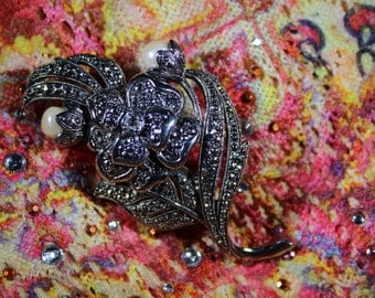 Singed KJL for avon Silvertone and Pearl floral brooch