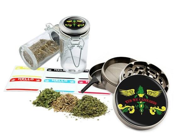 """Yes We Leaf - 2.5"""" Zinc Alloy Grinder & 75ml Locking Top Glass Jar Combo Gift Set Item # G022015-037"""