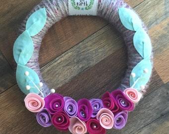 Felt flower wreath, yarn wreath, Christmas wreath, flower wreath, door decor, door hanging, hostess gift, housewarming gift, Christmas decor