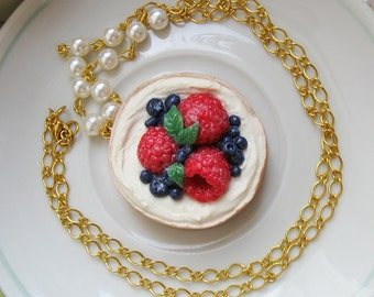 Sweet tartlet with berries necklace
