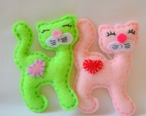 Cat felt cat for games and interior cat on a loop for suspension in the bed or keychain. For orders of 3 pieces 10% discount.