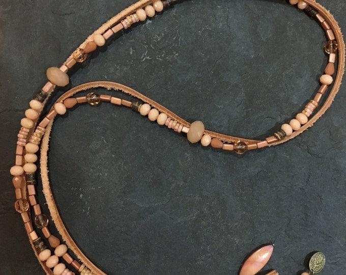 Handgemachte Lange Perlen Halskette aus Toho Perlen in Pfirsich/apricose-Farben mit Kokosnussholz und Leder