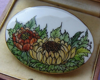 Orig porcelain brooch - size and hand-painted