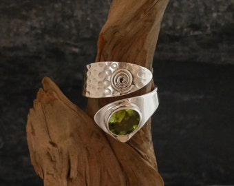 Ring silver 925, hammered ring with peridot