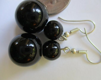 Ball earrings in black