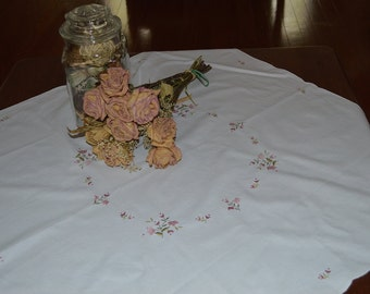 "White Embroider Flowers Tablecloth 30.5"" x 31"""