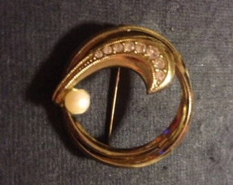 Vintage Gold Tone Circle Brooch with a Swoosh of Rhinestones and One Pearl