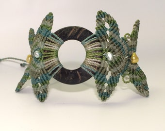 Green Variegated Macrame Bracelet with Coconut and Pearls