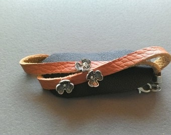 Leather Bracelet with small flowers