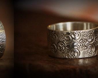 Silver poiconne ring skull