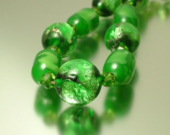 Vintage/ antique/ estate Art Deco 1930s emerald green, foiled glass and marbled glass bead costume necklace - jewelry / jewellery
