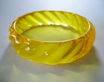 """Ribbed Bangle in Golden Yellow Translucent Lucite 3/4"""" wide 1980s"""