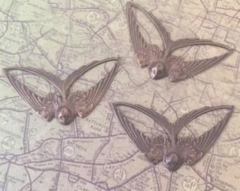 1x Swallow Pendant, Bird in Flight Pendant, Swooping Swallow Charm, Antique Brass
