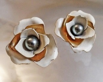 FALL SALE Vintage White and Gold Flower Black Pearl Earrings. Sarah Coventry.  1960s.