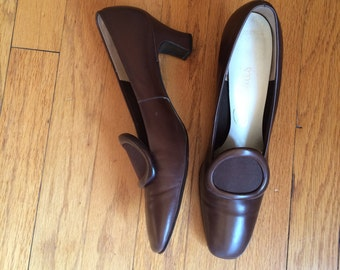 WEEKEND SALE 25% OFF / 1960's mod vintage heels / womens shoes / brown leather / structured pump