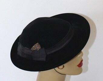 SALE Vintage Black Velvet Short Brim Hat . 1950s Bowler Derby Hat . Black Satin Bow Gold Leaf Detail . 50s Tilt Fascinator Hat