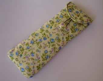 Etui stylos en tissu fleuri sur fond jaune