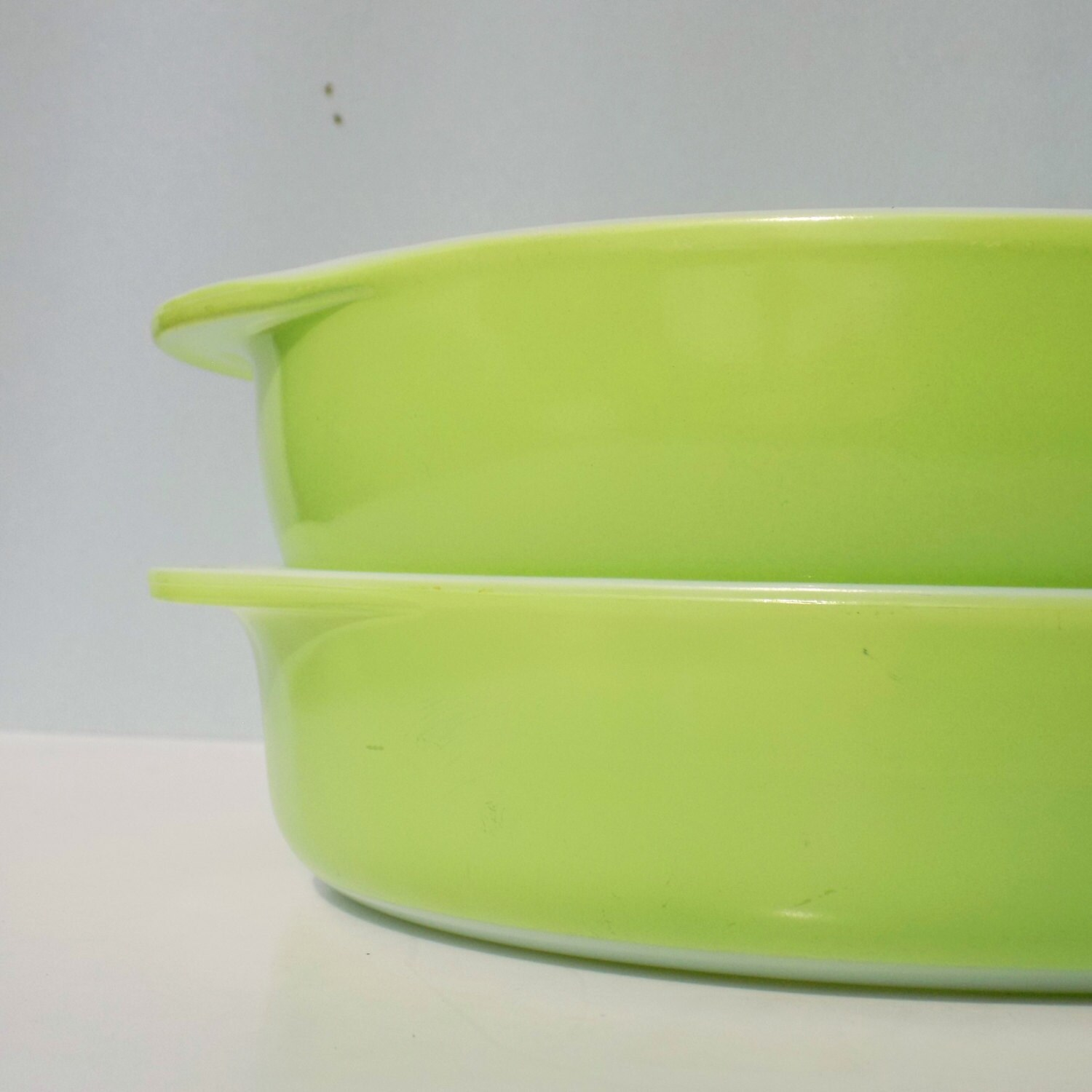 Vintage lime green pyrex baking set round cake pan and for Lime green kitchenware