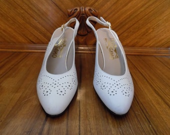 Like New Vintage Salvatore Ferragamo White Perforated Swirls Design Slingback Heels Shoes Size 6AAA