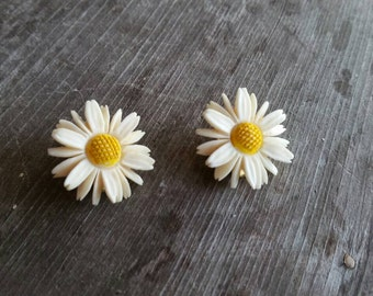 Vintage Plastic Daisy Clip On Earrings