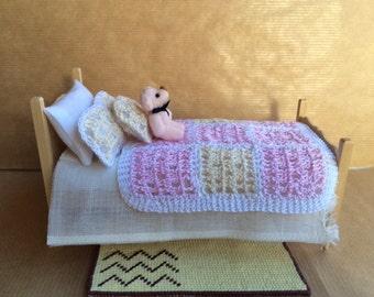Beige and Pink Crochet Quilt - Cubre pies beis y rosa de ganchillo. 1:12 scale Dollhouse Miniature