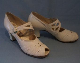 Adorable 1940s peep toe mary janes w/ornate cutout straps US 5 1/2 -6 N UK 3 1/2 - 4 N