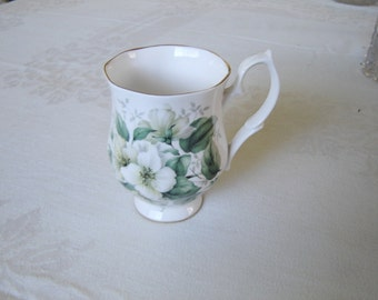 Bluebird China white flower mug mint condition (1E)