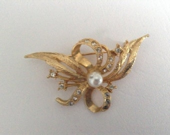Absolutely Stunning Brooch, Tied Ribbon Design with Centre Faux Pearl