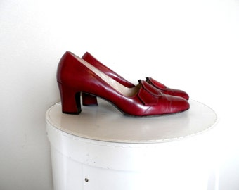 Vintage 1960's Red Leather Pumps* FLORSHEIM Serenades . Size 9 Narrow . 2 1/2 Inches High . Classic . Leather Sole . Elegant .