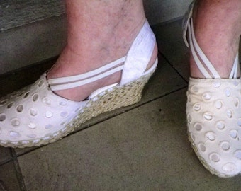 Shoes wedge sneakers, rope and cotton embroidered below satin, off-white, size 40 US 7, new