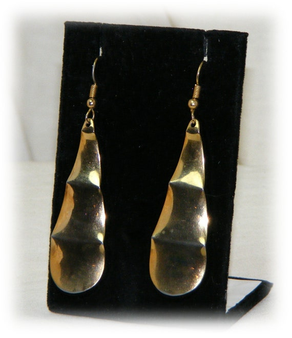 BEAUTIFUL TEARDROP EARRINGS . . Gold Tone