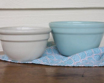 A pair of vintage mixing bowls Fowler Ware