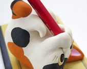 """Cat figurine of pen-holder """"The calico cat is kicking a pencil again and again!"""" 猫 工房しろ"""