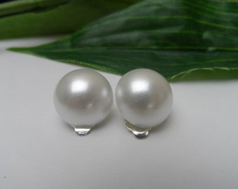 Girls White Pearl Clip on Earrings, pearl earrings, ivory earrings, clip on earrings, wedding clip on earrings, bridal clip on earrings