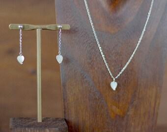 Pendientes de plata con cadena y un corazón de nácar colgando