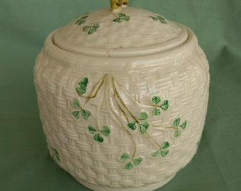 IRISH BELLEEK Cookie – Biscuit Jar, Shamrock Basket Weave Pattern, 7th mark – Gold mark, 1980-1992, Collectible