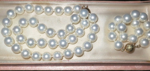 Lovely goldtone high lustre sea shell pearl knotted necklace and bracelet set